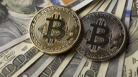 Inventez le bitcoin contre chaotiquement disposé 100 billets d'un dollar Image libre de droits