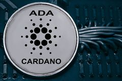Inventez le cryptocurrency Cardano sur le fond des fils et des circuits ada photos libres de droits