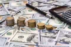 Inventez sur les billets d'un dollar supérieurs avec le stylo et la calculatrice Image libre de droits