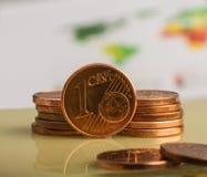 Inventez un euro cent Pièce de monnaie sur un fond trouble des pièces de monnaie Photographie stock libre de droits