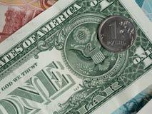 Inventez un rouble sur le fond du dollar US photographie stock