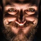 Inventore Hipster con la barba e Mustages nella stanza scura Imbroglione sorridente fotografia stock