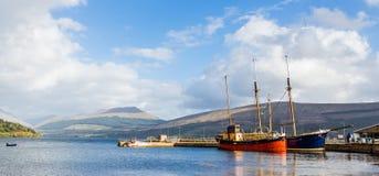 Inveraray港口在苏格兰,当两条葡萄酒小船靠码头 库存照片