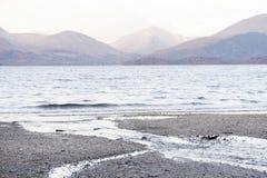 Inverclyde pacifico di estate delle montagne di vista di Loch Lomond di tramonto tranquillo che uguaglia il greenock Scozia Regno fotografia stock libera da diritti