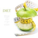 Inverdica il nucleo della mela ed il nastro di misurazione immagini stock