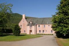 Inverey-Haus, Braemar, Aberdeenshire, an einem sonnigen Tag lizenzfreie stockfotografie