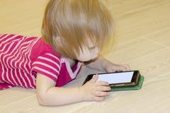 Inverkan av bruket av moderna teknologier av smartphones, minnestavlor, internet i uppfostran i tidig barndom royaltyfria bilder