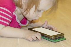 Inverkan av bruket av moderna teknologier av smartphones, minnestavlor, internet i uppfostran i tidig barndom arkivbild