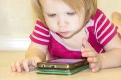 Inverkan av bruket av moderna teknologier av smartphones, minnestavlor, internet i uppfostran i tidig barndom royaltyfri bild