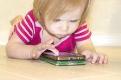 Inverkan av bruket av moderna teknologier av smartphones, minnestavlor, internet i uppfostran i tidig barndom fotografering för bildbyråer