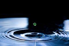 Inverkan av den enkla vattenlilla droppen arkivfoton