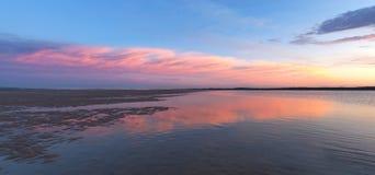 Inverloch海滩海滩, Gippsland,澳大利亚桃红色日落全景  免版税库存图片