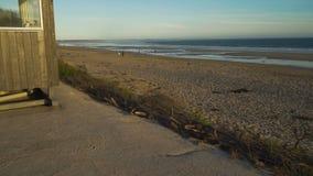Inverloch kipieli plaża przy zmierzchem w Australia, ciężarówki dobra ruch zbiory wideo