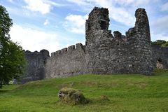 Inverlochykasteel dichtbij Fort William in Schotland, het Verenigd Koninkrijk Stock Foto