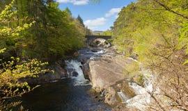 Invermoriston跨接壮观的河Moriston落的苏格兰英国苏格兰旅游目的地十字架 免版税图库摄影
