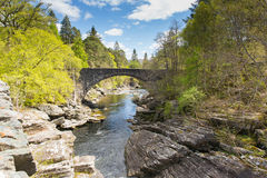 Invermoriston broSkottland UK korsar den skotska turist- destinationen de spektakulära flodMoriston nedgångarna Arkivbilder