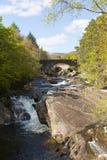 Invermoriston broSkottland UK korsar den skotska turist- destinationen de spektakulära flodMoriston nedgångarna Arkivfoton
