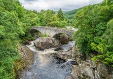 Invermoriston cai perto do forte Augustus, em Loch Ness, montanhas escocesas imagens de stock royalty free