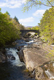 Invermoriston mostów Szkocja UK Szkocki turystyczny miejsce przeznaczenia krzyżuje spektakularnych Rzecznych Moriston spadki Zdjęcia Stock