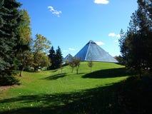 Invernadero de cristal urbano en prado imagen de archivo
