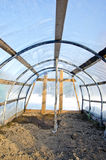 Invernadero vacío del arco plástico hecho en casa en invierno fotos de archivo