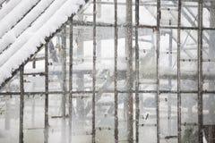 Invernadero viejo, abandonado en la nieve Imagen de archivo