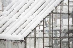 Invernadero viejo, abandonado en la nieve Fotos de archivo