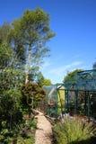 Invernaderos en jardín grande con las plantas clasificadas Imagen de archivo