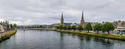 Inverness en el tiempo nublado en verano, Escocia Fotos de archivo