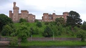 Inverness-Schloss, das den Fluss Ness in Schottland übersieht stock video