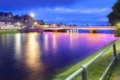 Inverness y río del ness iluminado en la noche Foto de archivo