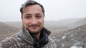 inverno adeus Vídeo reverso do tempo os flocos de neve voam até o céu filme