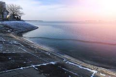 Inverno alle rive del lago Morii su Bucarest, Romania fotografia stock
