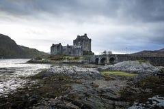 Inverno BRITANNICO della pioggia di viaggio degli altopiani del castello della Scozia fotografia stock