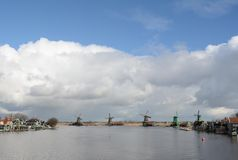 inverno-céu sobre De Zaanse Schans na Holanda Fotografia de Stock