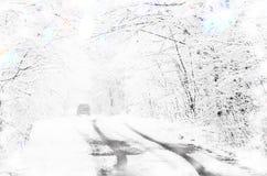 Inverno che conduce automobile alla notte delle precipitazioni nevose fotografie stock