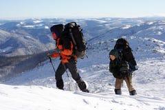Inverno che fa un'escursione nelle montagne sulle racchette da neve fotografie stock