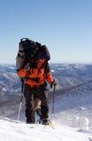 Inverno che fa un'escursione nelle montagne sulle racchette da neve fotografia stock