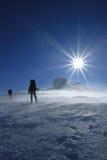 Inverno che fa un'escursione nelle montagne sulle racchette da neve Immagini Stock