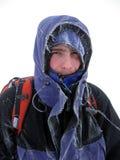 Inverno che fa un'escursione nelle montagne sulle racchette da neve con uno zaino e una tenda Immagine Stock Libera da Diritti