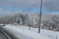 Inverno che guida nel Canada con una tonnellata di neve Fotografia Stock