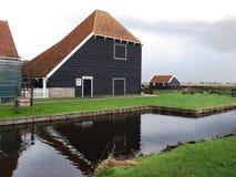 Inverno-cielo sopra De Zaanse Schans in Olanda fotografia stock libera da diritti