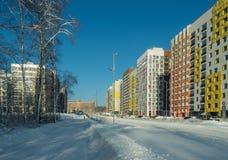 Inverno Complesso residenziale a pochi piani moderno Immagine Stock