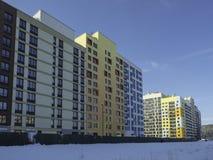 Inverno Complesso residenziale a pochi piani moderno Fotografia Stock Libera da Diritti