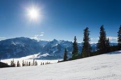 Inverno con i pendii dello sci della località di soggiorno del kaprun Fotografia Stock