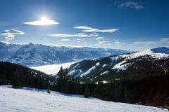 Inverno con i pendii dello sci della località di soggiorno del kaprun Immagini Stock