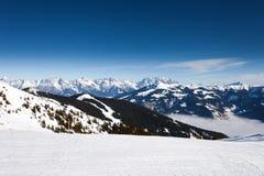 Inverno con i pendii dello sci della località di soggiorno di Kaprun Immagini Stock Libere da Diritti