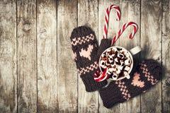 inverno, conceito do amor ou do Natal com luvas, bastões de doces e H Imagem de Stock Royalty Free