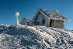 Inverno congelato dei cottage e di Snowy della montagna immagini stock libere da diritti