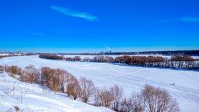 Inverno congelato del fiume coperto di neve Bello paesaggio del lago in ghiaccio Chiaro cielo blu con le nuvole Fotografia Stock Libera da Diritti